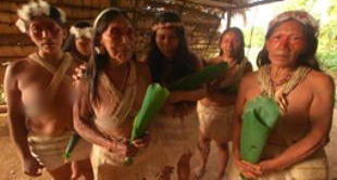 53 - ECUADOR: NATIVE PEOPLE MEET THE OILMEN
